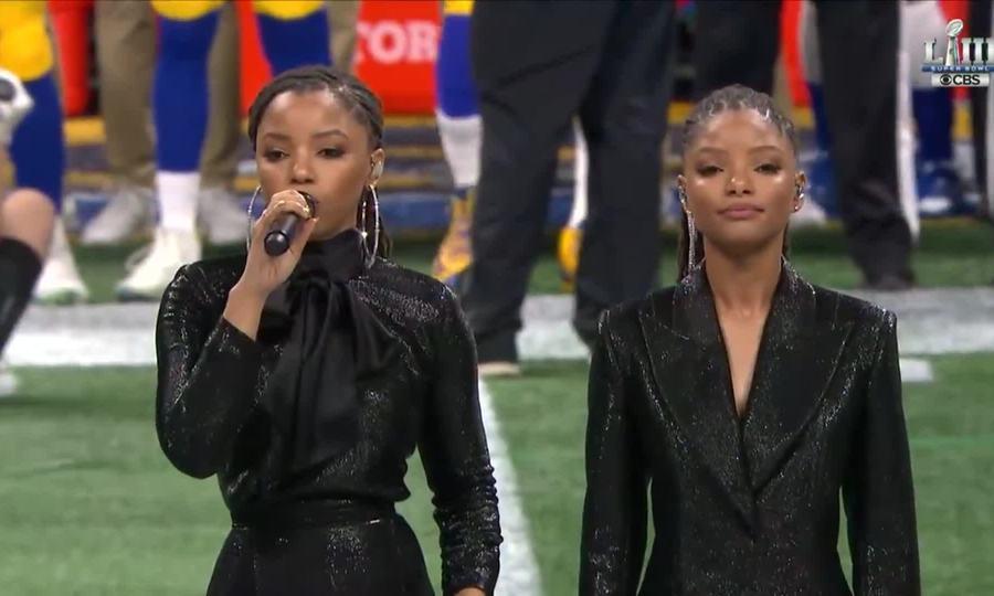 """Chloe và Halle Bailey hát """"America the Beautiful"""" ở trận Super Bowl năm 2019"""