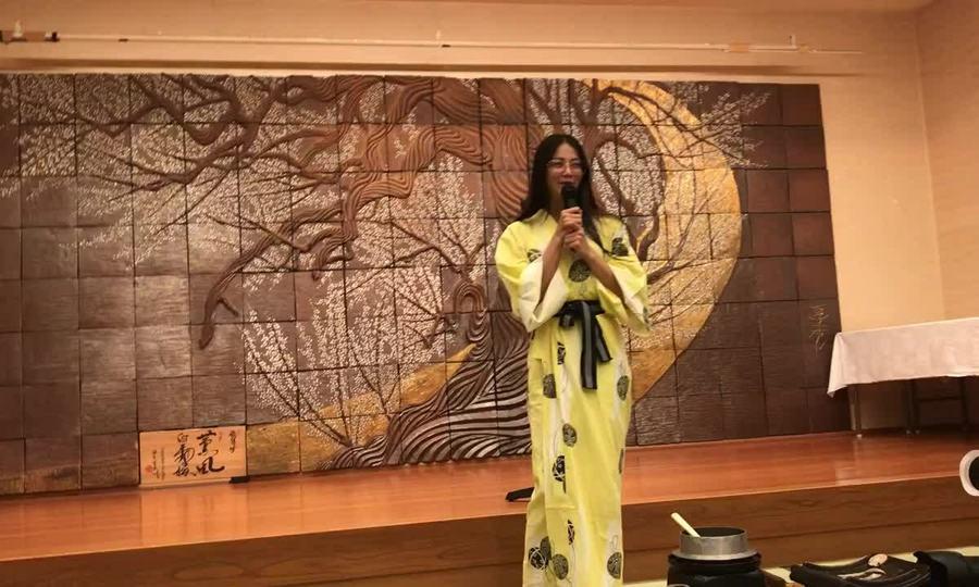 Hoa hậu Phương Khánh mặc kimono hát dân ca ở Nhật