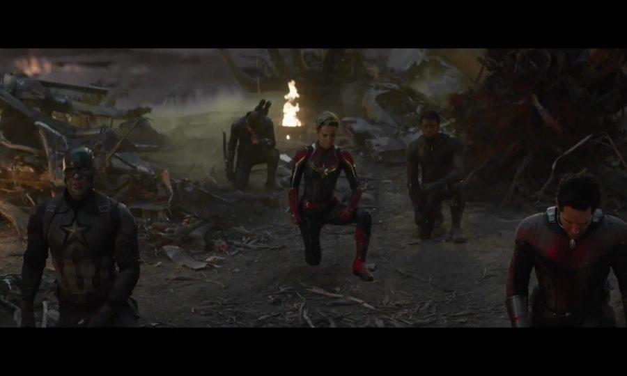 Dàn người hùng quỳ trước Iron Man trong cảnh 'Avengers: Endgame' bị cắt