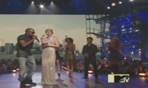 Kanye West giật mic của Taylor Swift trên sân khấu VMA 2015