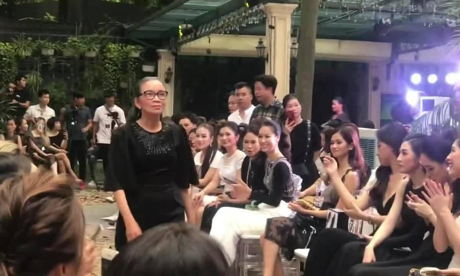 Người mẫu già catwalk ở show Hà Duy