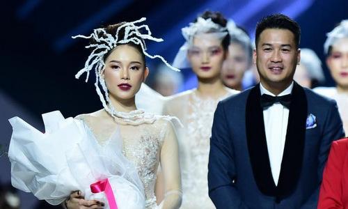 Em chồng Hà Tăng tặng hoa cho bạn gái