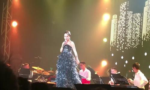 Uyên Linh hát