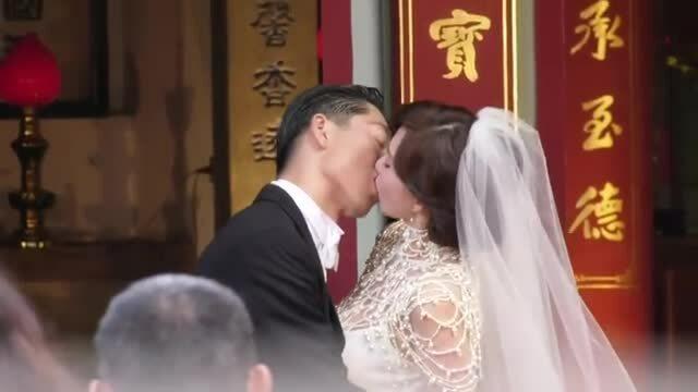 Lâm Chí Linh hôn chồng trong đám cưới