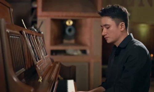 Phan Mạnh Quỳnh hát Có chàng trai viết lên cây trong Mắt biếc