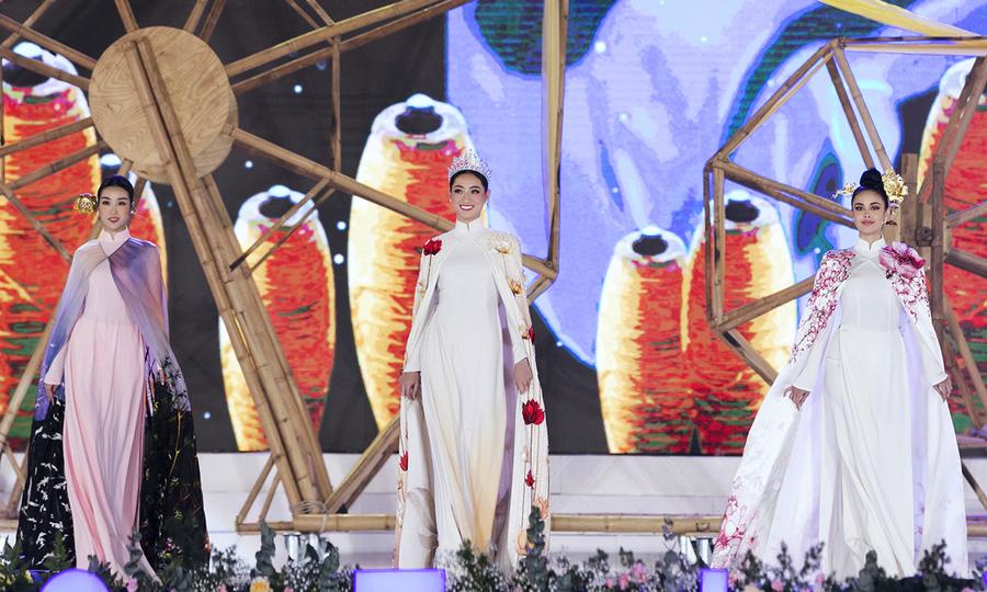 Megan Young catwalk cùng Lương Thùy Linh, Đỗ Mỹ Linh