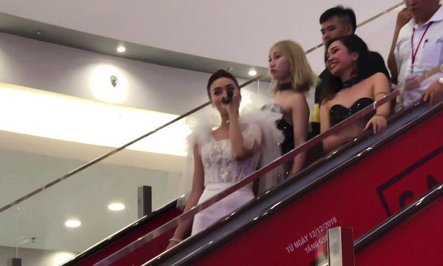 Ninh Dương Lan Ngọc biểu diễn 'Gái già muốn lấy chồng'