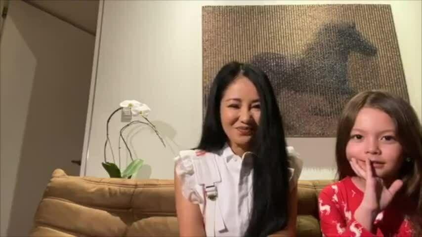 Hồng Nhung hát 'Để gió cuốn đi' khi livestream