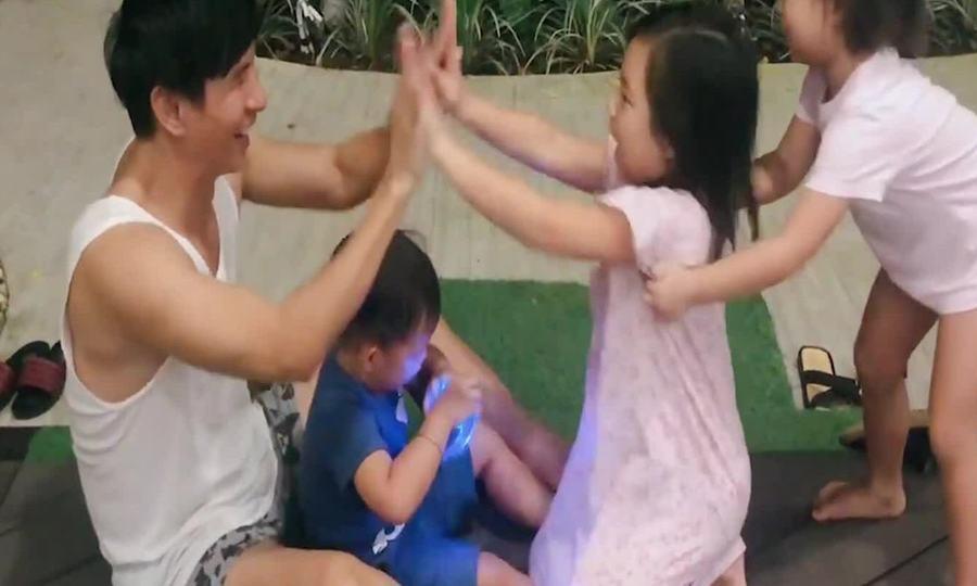 Lý Hải - Minh Hà nấu ăn, tập thể dục cùng bốn con