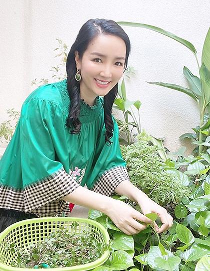 Giáng My chăm sóc vườn rau, hoa trên sân thượng