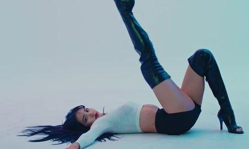 Lisa nhảy với boots cao gót