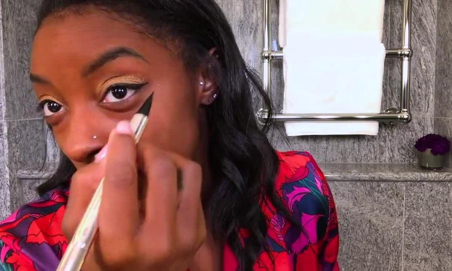 Simone Biles trang điểm mắt vàng
