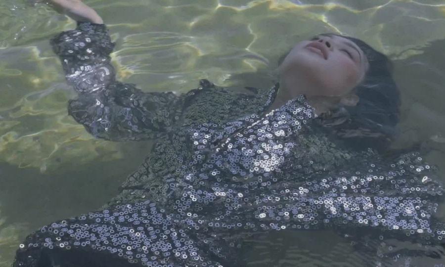 Tiểu Vy ngâm mình xuống nước chụp ảnh