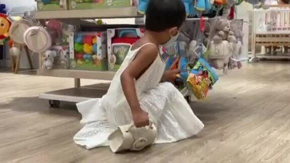 Con gái Đỗ Mạnh Cường xách túi đồng điệu váy