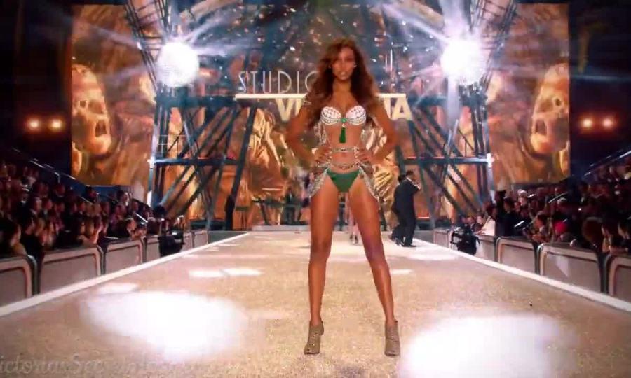 Jasmine Tookes trình diễn cho Victoria's Secret