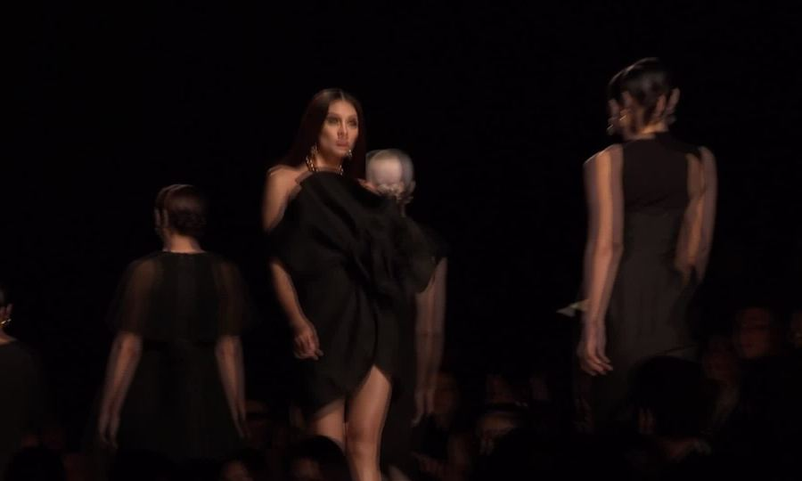 Võ Hoàng Yến catwalk trong show Đỗ Mạnh Cường