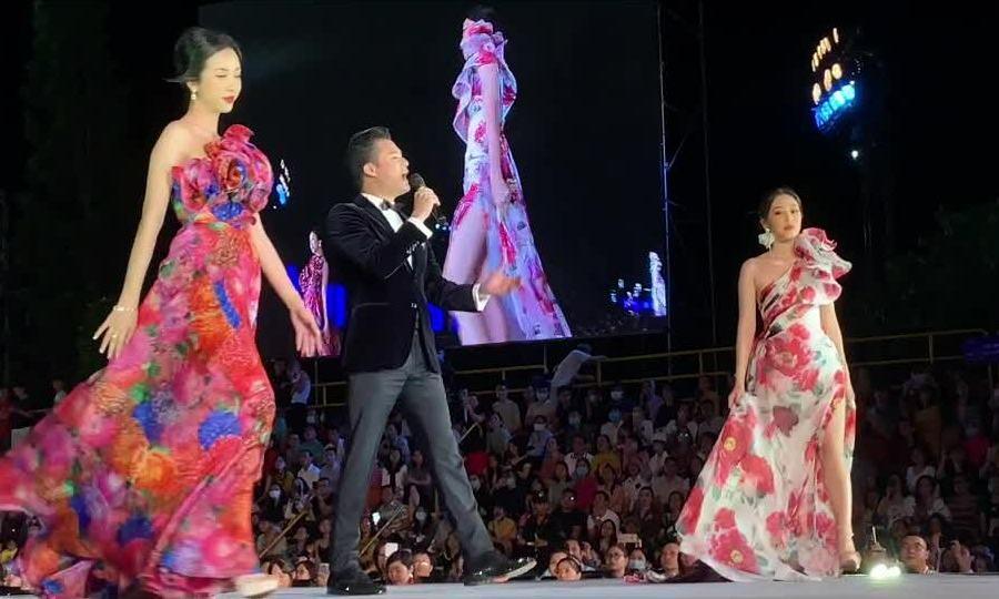 Dàn hoa hậu diễn trong đêm thi 'Người đẹp thời trang'