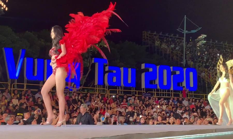 Hoa hậu Tiểu Vy diễn bikini trong đêm thi 'Người đẹp biển' (video)