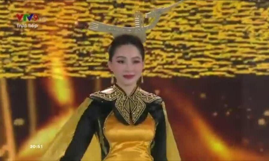 Hoa hậu Đặng Thu Thảo diễn áo dài