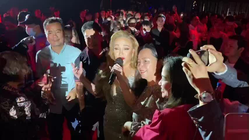 Khán giả vây quanh Thanh Hà trong đêm nhạc 'Dạ khúc'