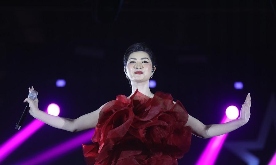 Nguyễn Hồng Nhung hát 'Kiếp ve sầu'