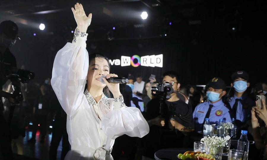 Phạm Quỳnh Anh hát 'Nợ ai đó cả thế giới'