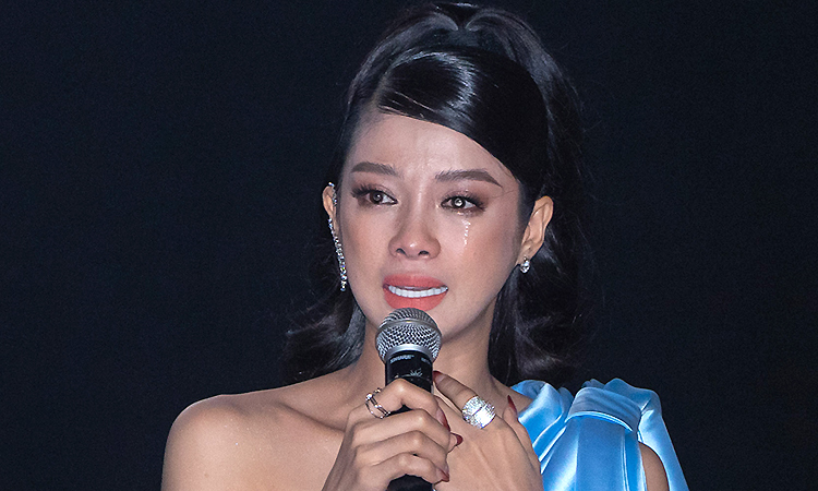Người đẹp 'Kiều' khóc khi ra mắt phim