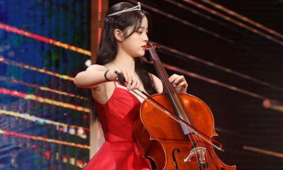 Âu Dương Na Na đệm đàn cello
