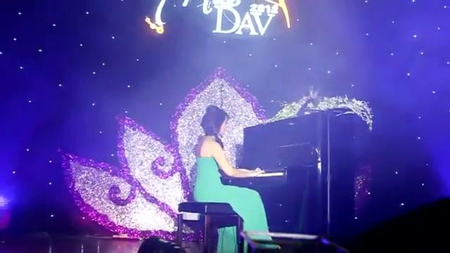 Miss ngoại giao đánh đàn piano
