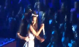 Ariana Grande ngượng ngùng vì bị Justin Bieber ôm chặt trên sân khấu
