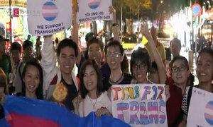 Cộng đồng LGBT Sài thành bất chấp trời mưa xuống phố đi bộ ăn mừng