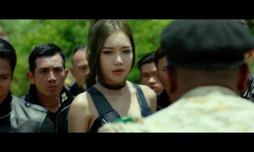 Elly Trần 'tái mặt' khi bị võ sĩ quyền anh Mike Tyson hù dọa