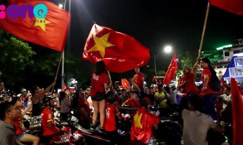 Người Hà Nội đốt pháo, hát hò ăn mừng Olympic Việt Nam chiến thắng