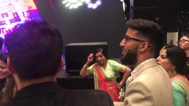 Mẹ chồng Võ Hạ Trâm nhảy múa trong đám cưới