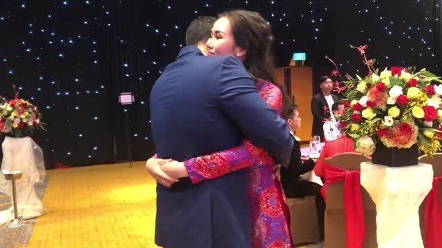 Võ Hạ Trâm khiêu vũ với chồng trong đám cưới