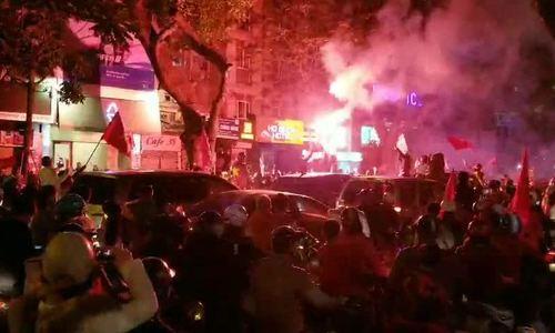 CĐV đốt pháo ăn mừng Việt Nam vào tứ kết Asian Cup 2019