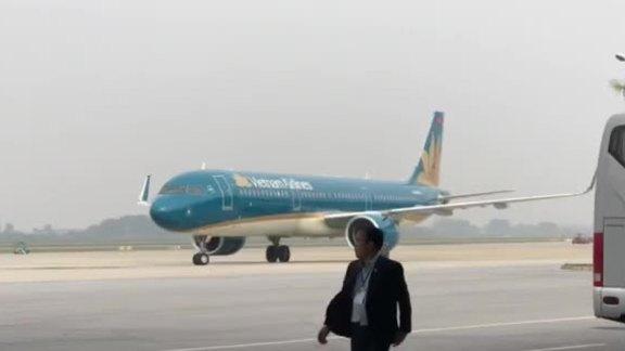 Máy bay chở đội tuyển Việt Nam hạ cánh Nọo Bài
