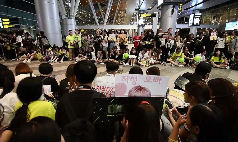 Fan đuổi theo khi NCT Dream đến Đà Nẵng giữa đêm