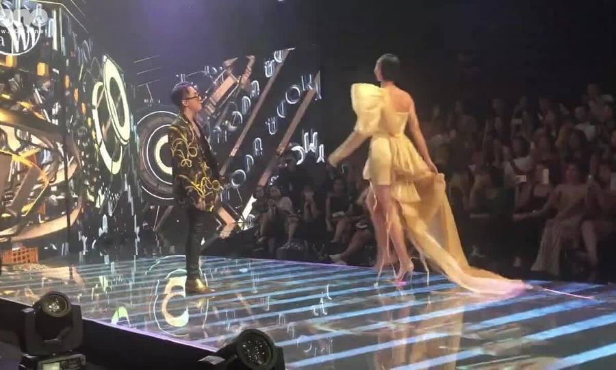 Sơn Tùng biểu diễn trong show thời trang