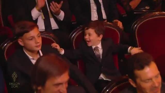 Mateo chiếm sóng trong ngày bố Messi giành Quả bóng Vàng 2019