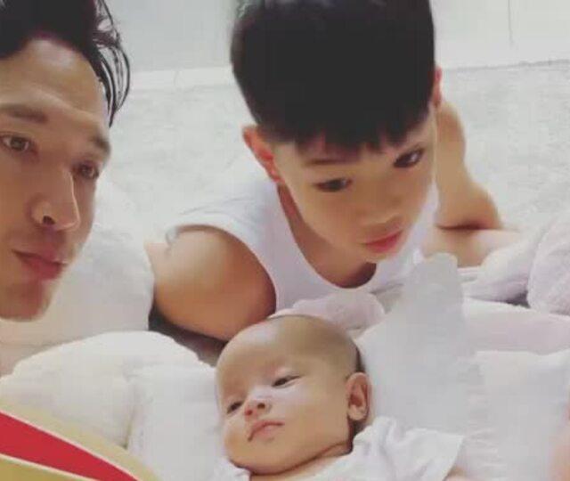 Kim Lý đọc sách cho ba con