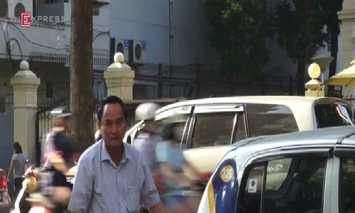 Thứ trưởng Bộ Tài chính đi làm bằng taxi
