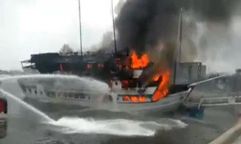 Du thuyền ở Tuần Châu cháy lớn, nhiều người lao xuống biển