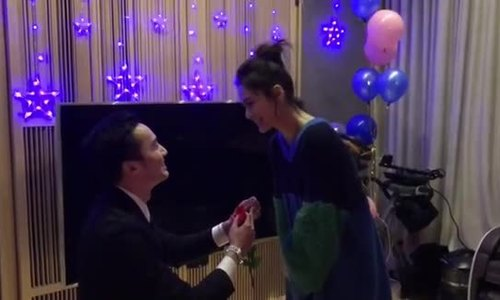 Khoảnh khắc lãng mạn Chung Hân Đồng được người yêu cầu hôn