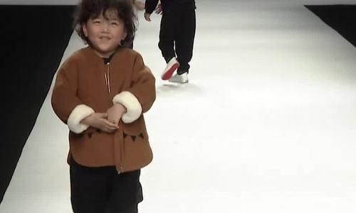 Cậu bé 4 tuổi trở thành mẫu nhí 'sáng giá' sau cú ngã trên sân khấu