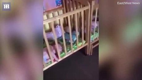 Nhà trẻ 'ác quỷ' đang bị điều tra vì trói chân tay trẻ em vào cũi ở Nga