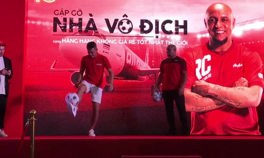 Roberto Carlos tâng bóng biểu diễn cùng Công Vinh