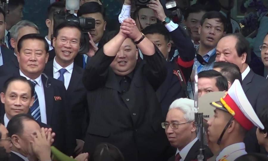 Người dân Việt Nam tiễn ông Kim Jong-un lên tàu