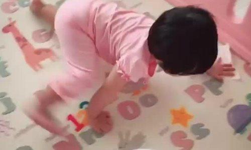 Con gái phụ Đặng Thu Thảo dọn dẹp