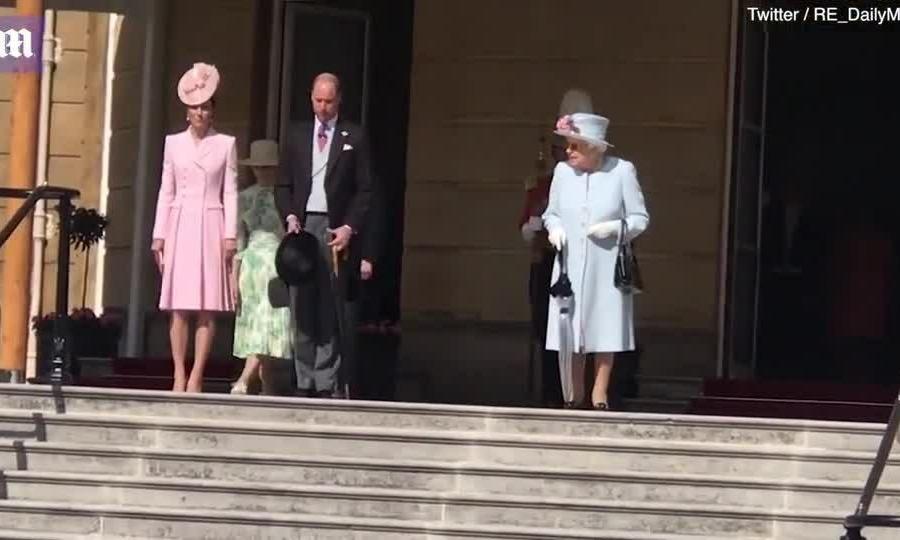 Kate sánh đôi cùng chồng dự tiệc vườn của Nữ hoàng